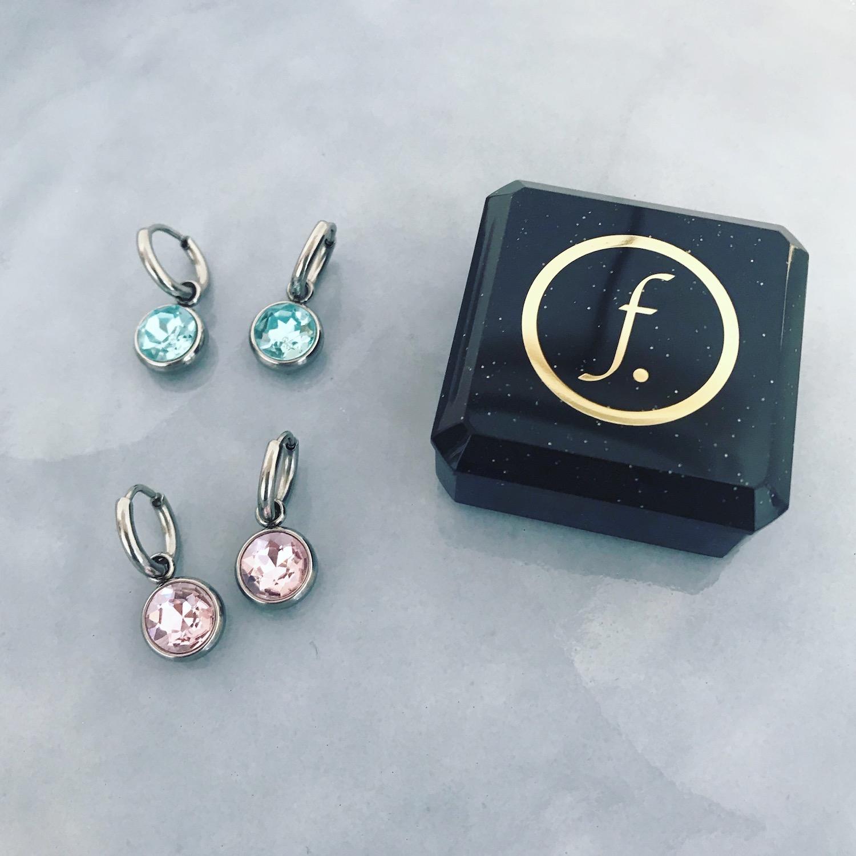 Twee paar oorbellen met gekleurde stenen bij sieradendoosje Finaste