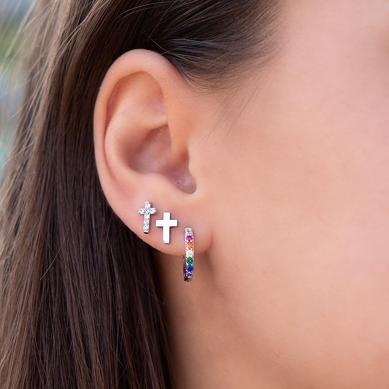 Zilveren earparty met kruisjes en de trendy regenboog oorbellen