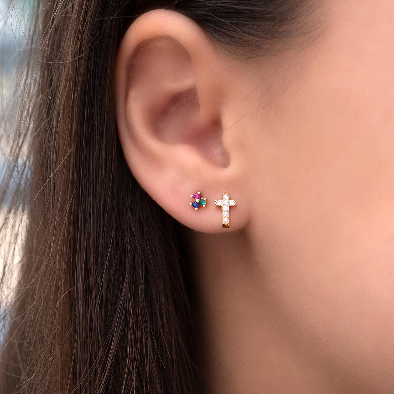 Vrouw draagt gekleurde stud oorbelletjes met kleurtjes in het oor