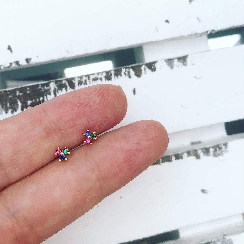 Oorbellen met kleurtjes als stud oorbellen in de hand