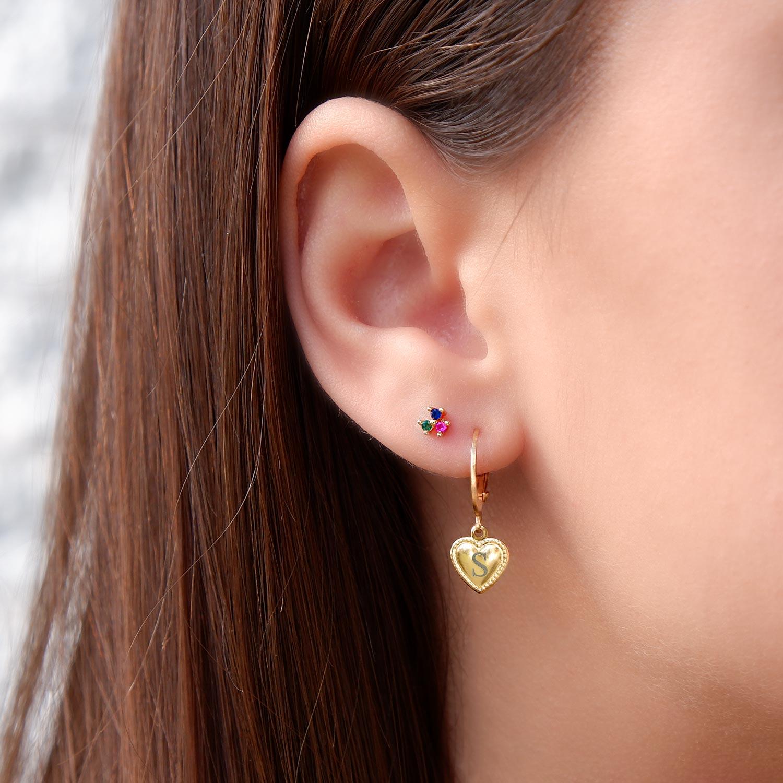 Leuke oorbellen met kleurtjes in het oor