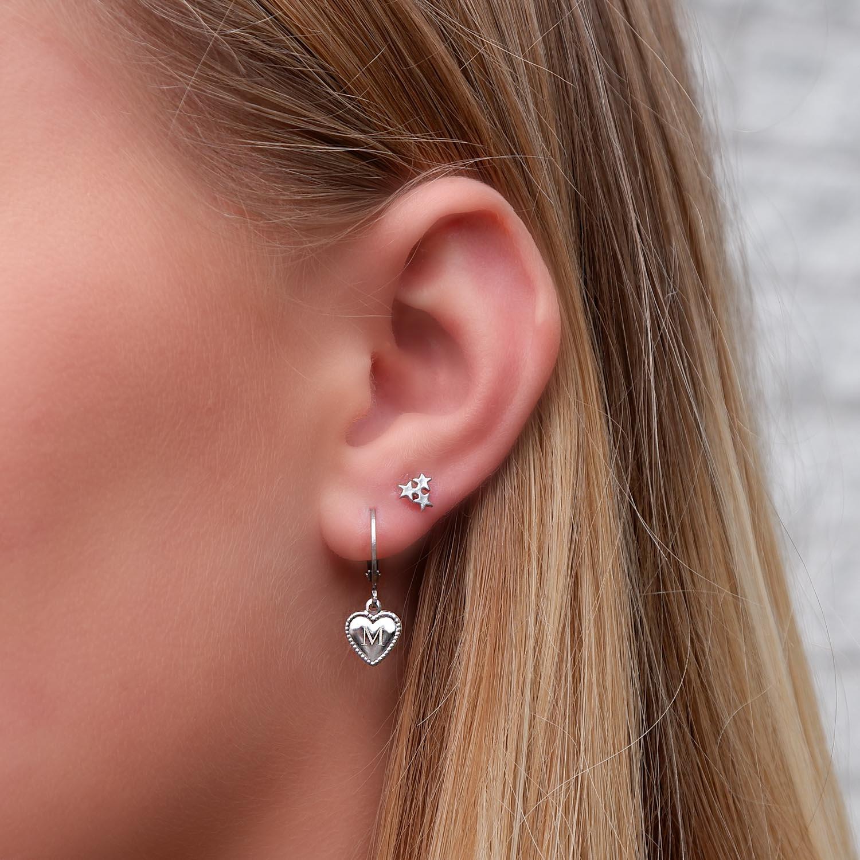 Leuke graveerbare oorbellen in het oor met hartjes als hangertjes