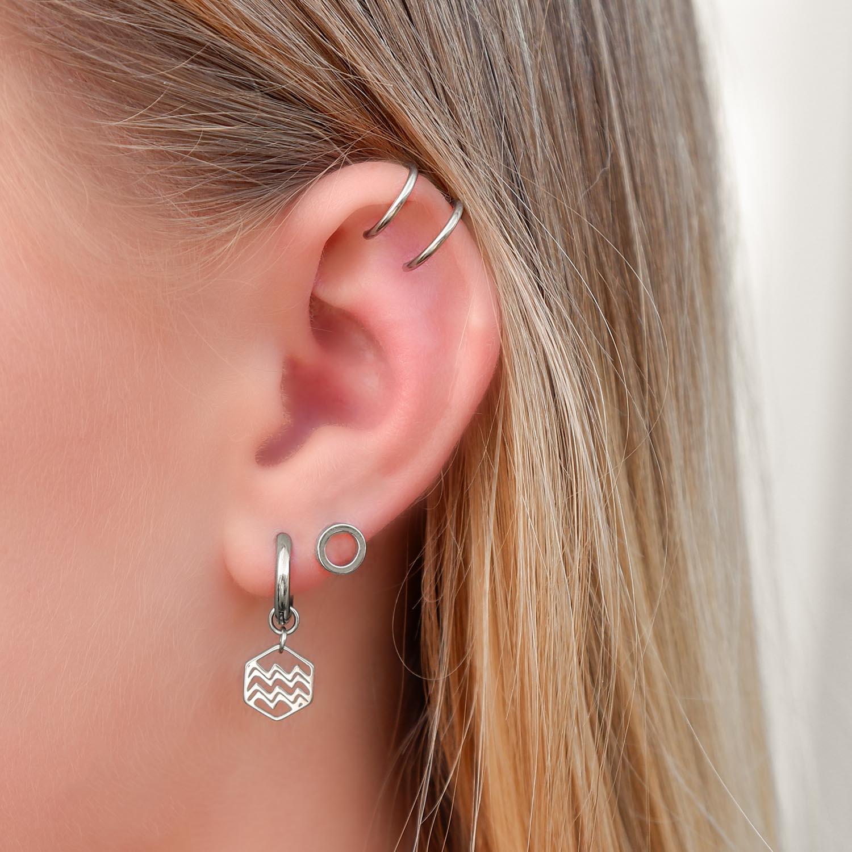 Fijne zilveren oorringen in het oor met een mooie look