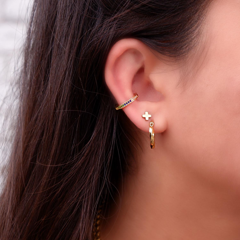 Regenboog Ear Cuff in het oor met een leuke minimalistische look
