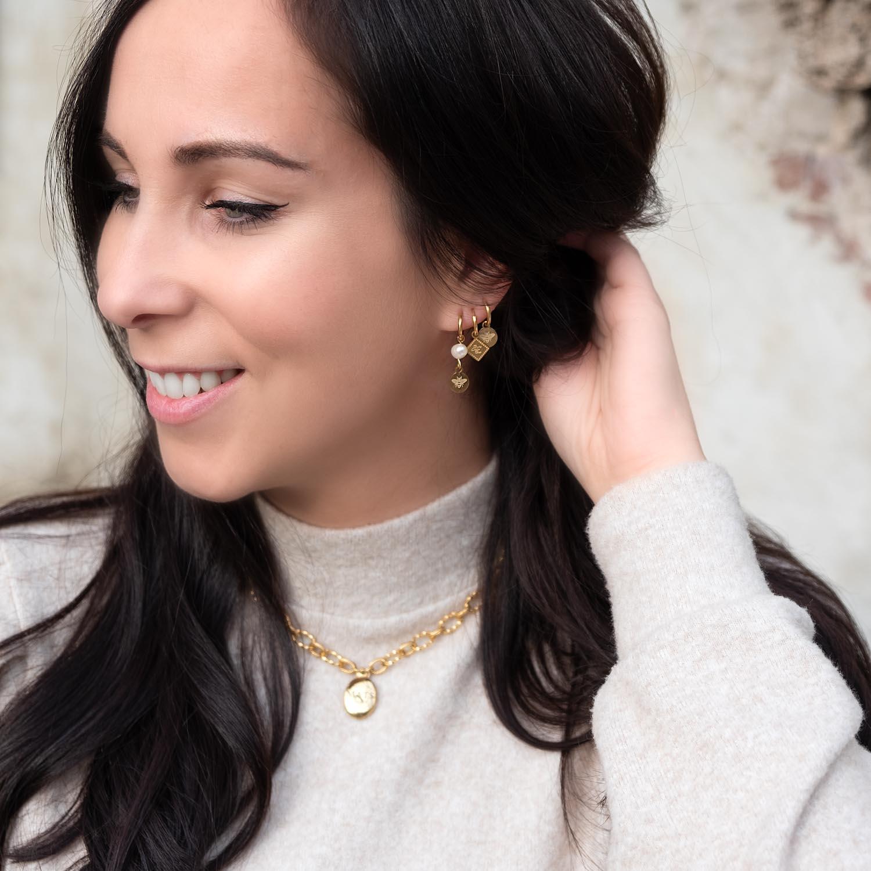 Leuke gouden oorbelletjes in het oor voor een complete look