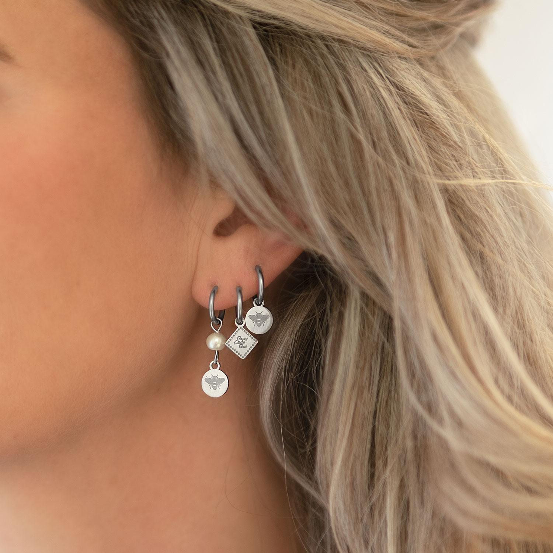 mooie zilveren earparty in de oren voor complete look