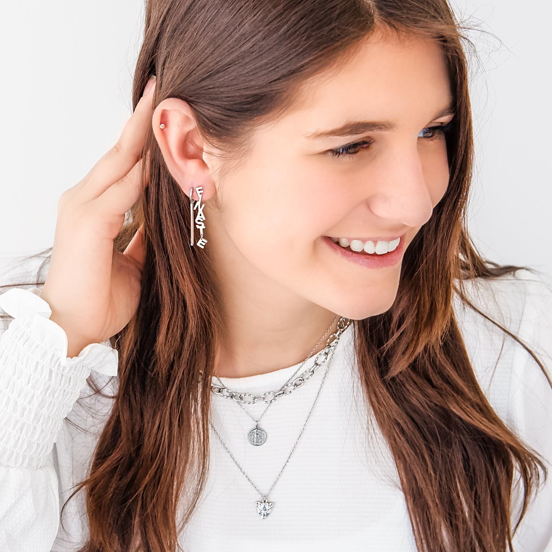 Vrouw heeft Finaste oorbellen in het oor