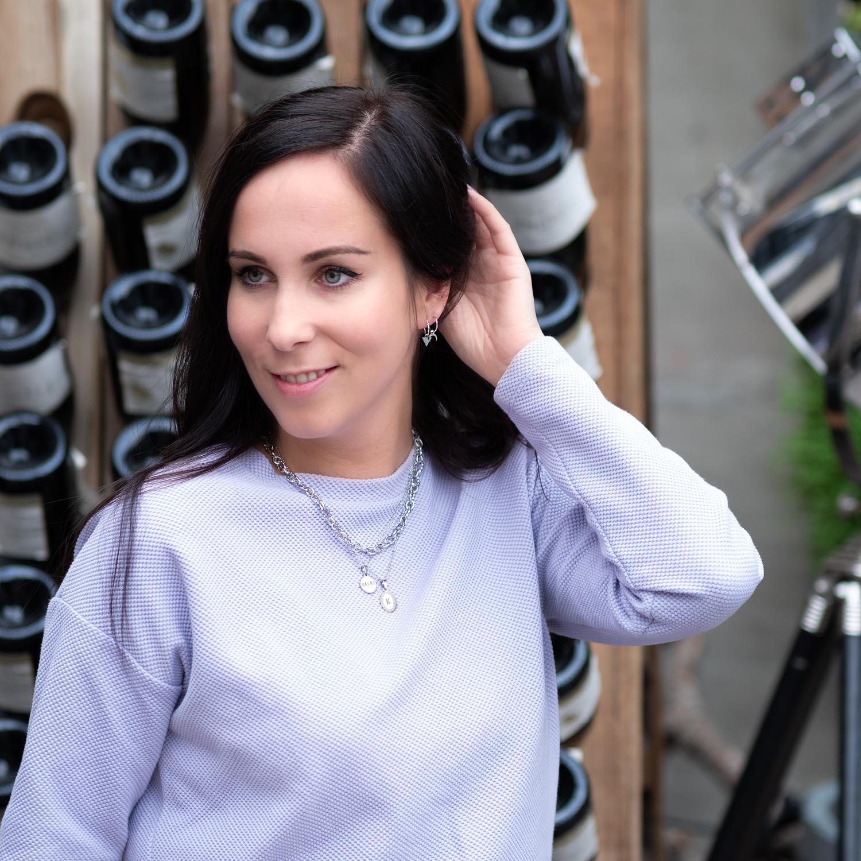 Vrouw draagt een complete set van zilveren sieraden voor een feestje