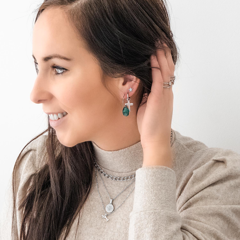 Vrouw draagt een leuke look met zilveren sieraden voor een complete look