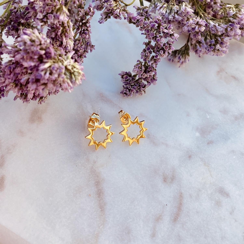 Trendy gouden stud oorbellen op een plaatje om te kopen