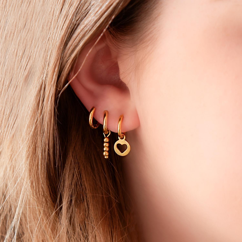 Trendy oorbellen in het oor voor een complete look