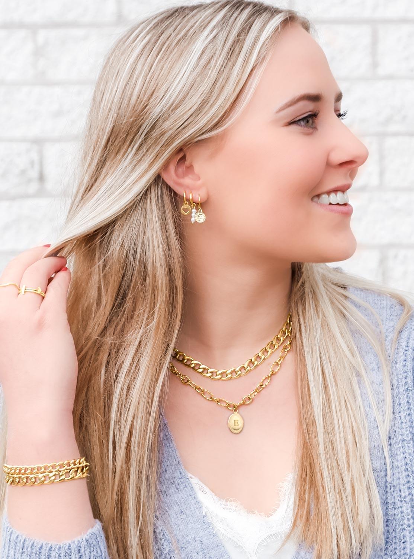 Vrouw met blonde haren dragen een trendy look