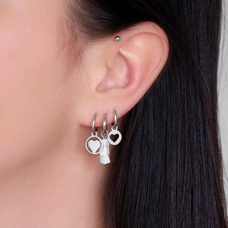 Mooie zilveren oorbellen in het oor voor een leuke earparty
