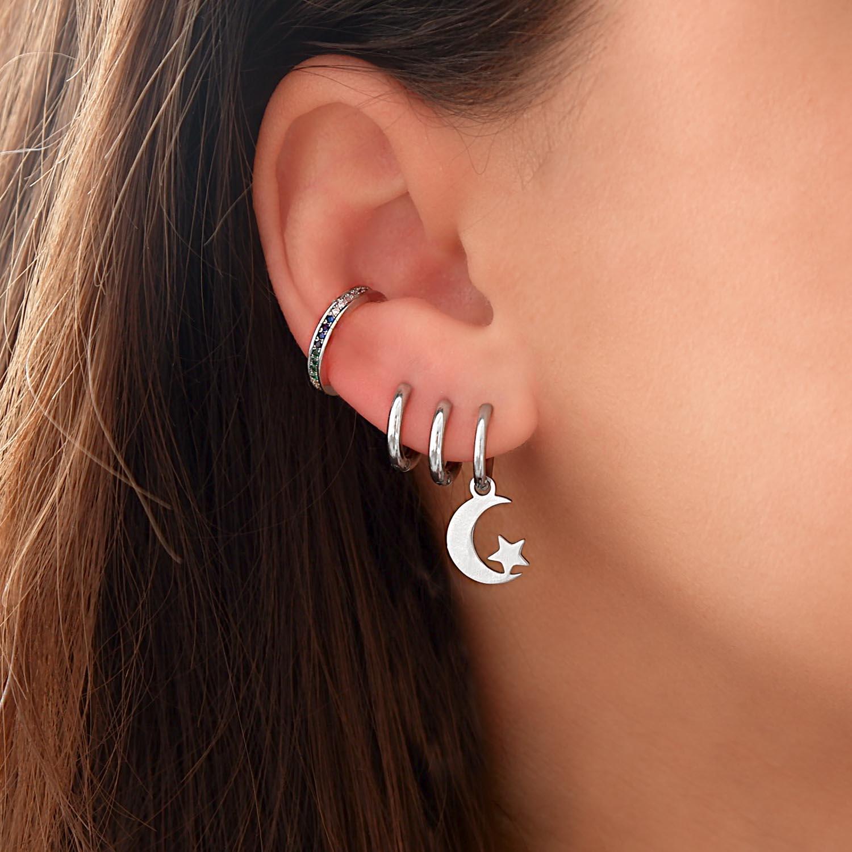leuke regenboog earcuff in het oor voor een trendy look