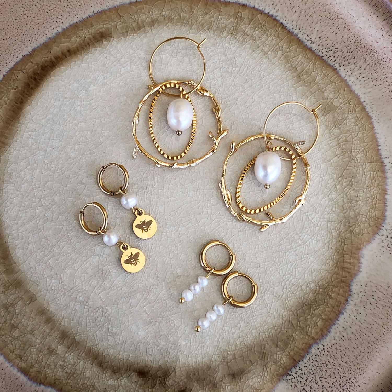 Verschillende oorbellen met parels voor een trendy look