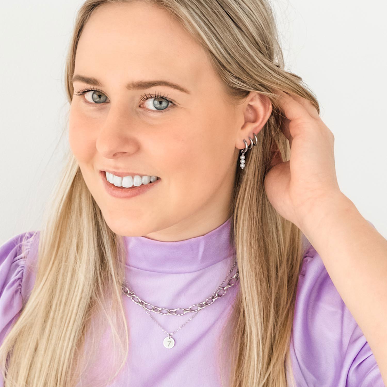 mooie oorringetjes met een parel in het oor bij blonde haren