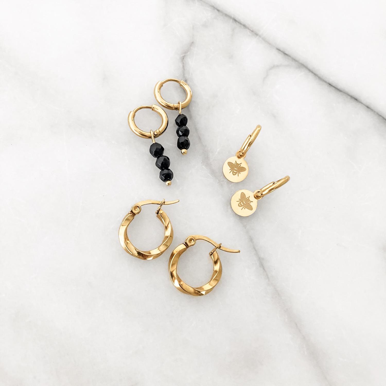 Gouden oorbellen op een plaatje  voor een mooie mix