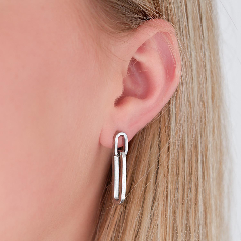 Leuke mix van zilveren oorbellen in het oor voor een complete look