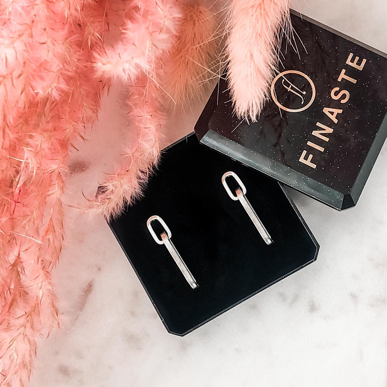 Trendy oorbellen in een sieradendoosje om te shoppen