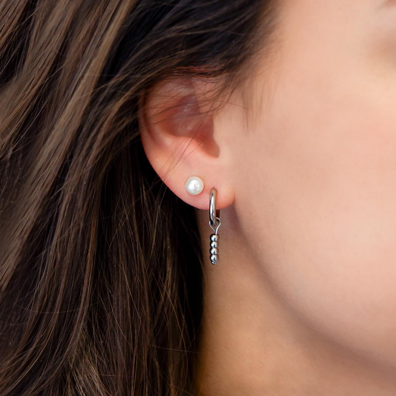 Mooie parel oorbellen in het oor voor een trendy look