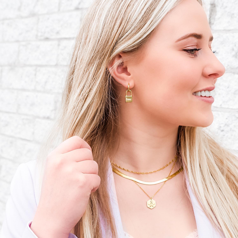 Gouden sieraden op een hanger om te kopen