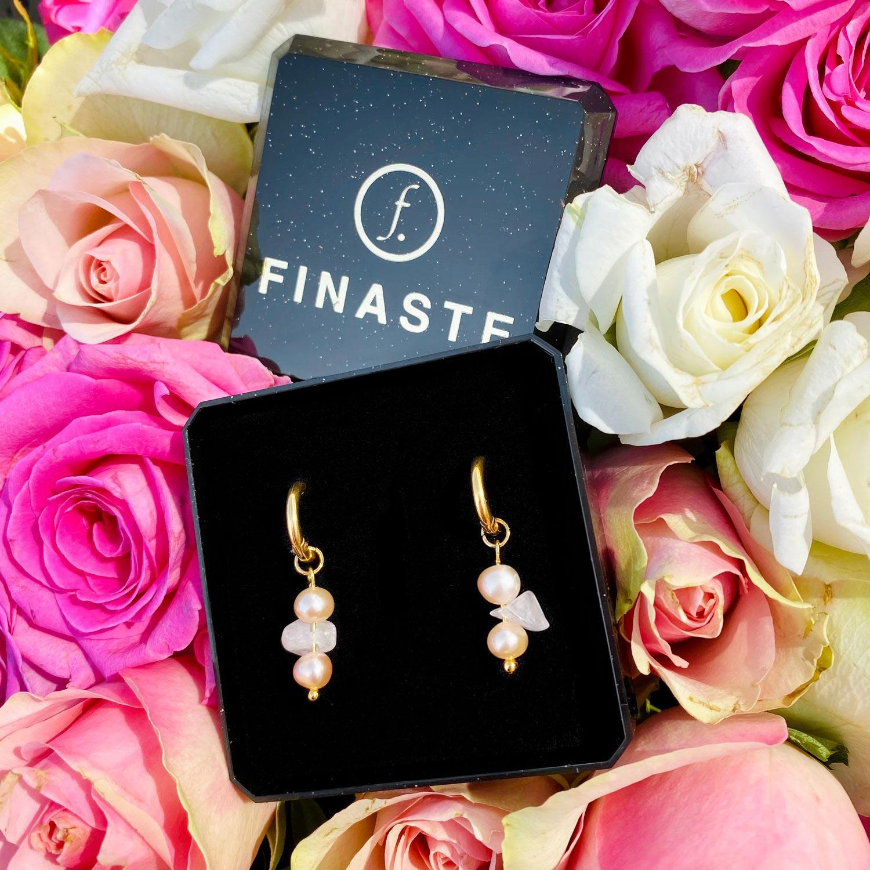 Gouden oorbellen met parel en rozenkwarts in sieradendoosje