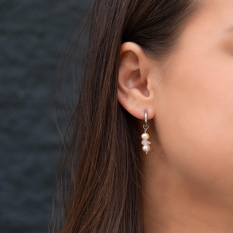 Zilveren oorbellen in het oor voor een trendy look