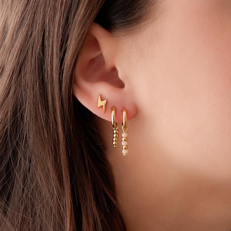 Oorbellen met met bliksem in het oor voor een complete look