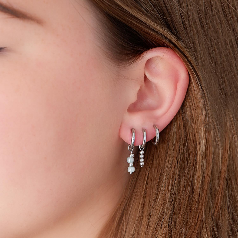 Trendy oorringetjes met steentjes in het oor voor een complete look