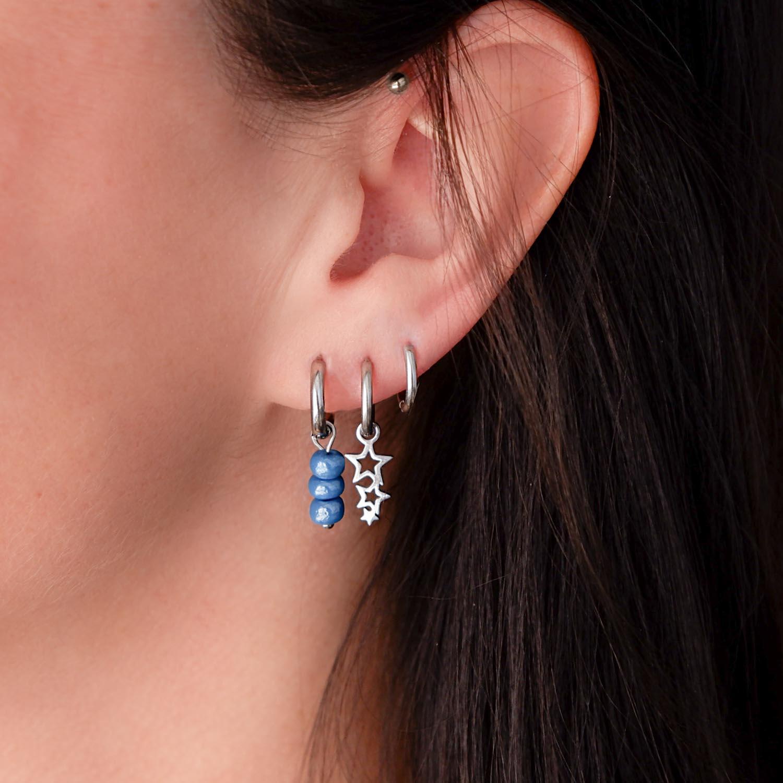 Trendy zilveren oorbellen in het oor voor een complete look