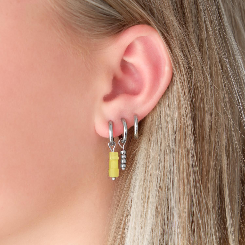 Oorbellen met steentje in het oor voor een complete look