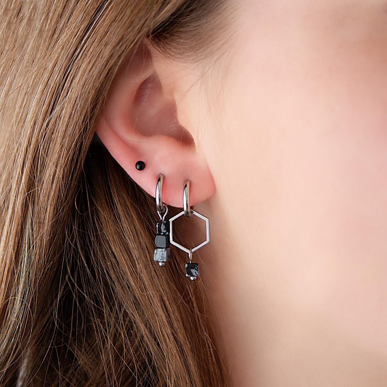 Mix van oorbellen met hexagon in oor