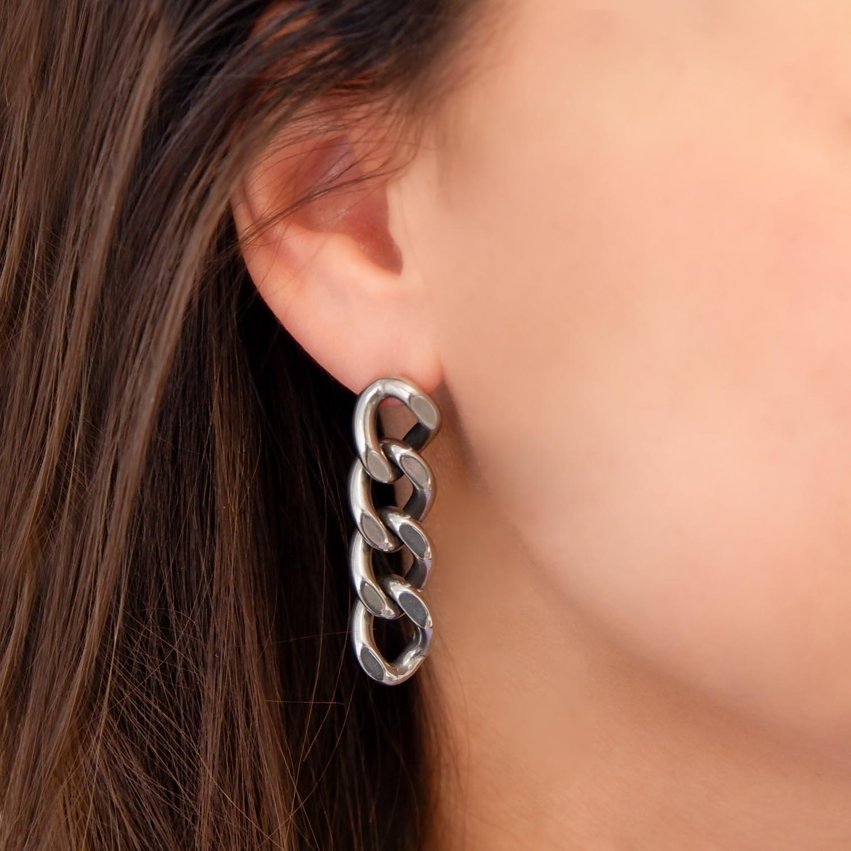 oorbellen schakels volgens de trend om te dragen