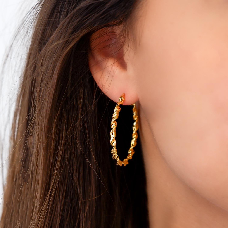 Trendy oorringen in het oor voor een complete look