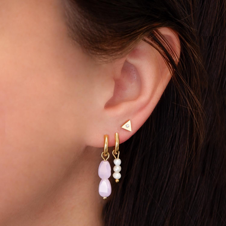 Mooie oorbellen in het oor voor een complete look
