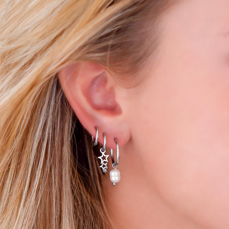 Mooie oorbellen in het oor voor een trendy look