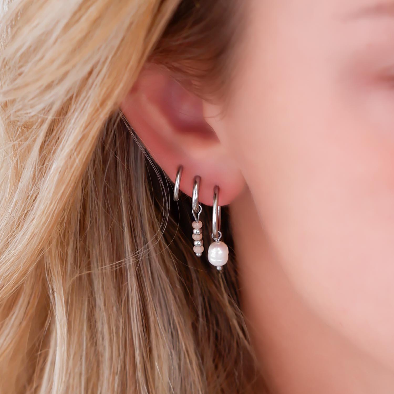 Trendy oorringen met parel in het oor