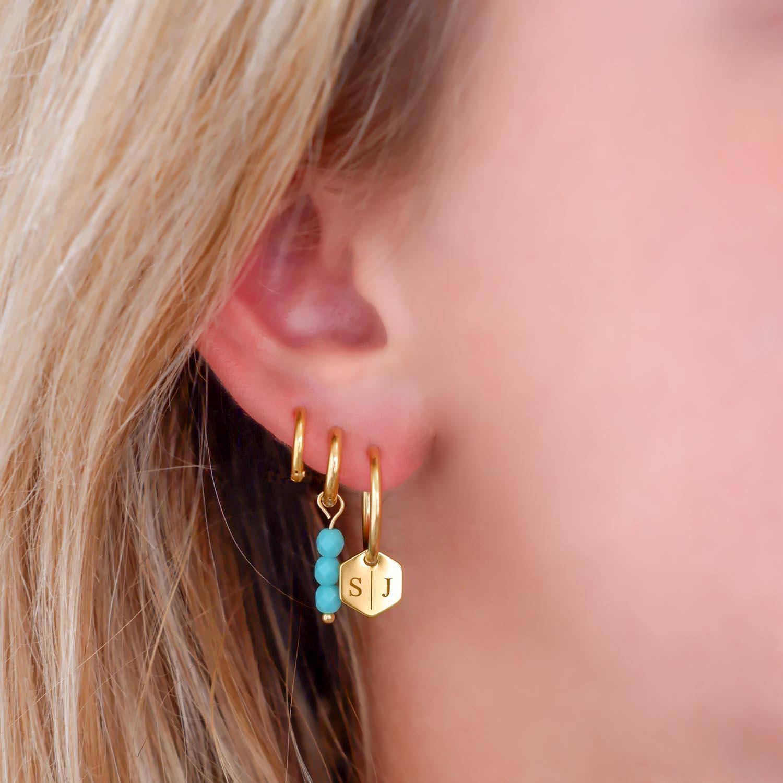 Trendy oorbellen met gravering in het oor