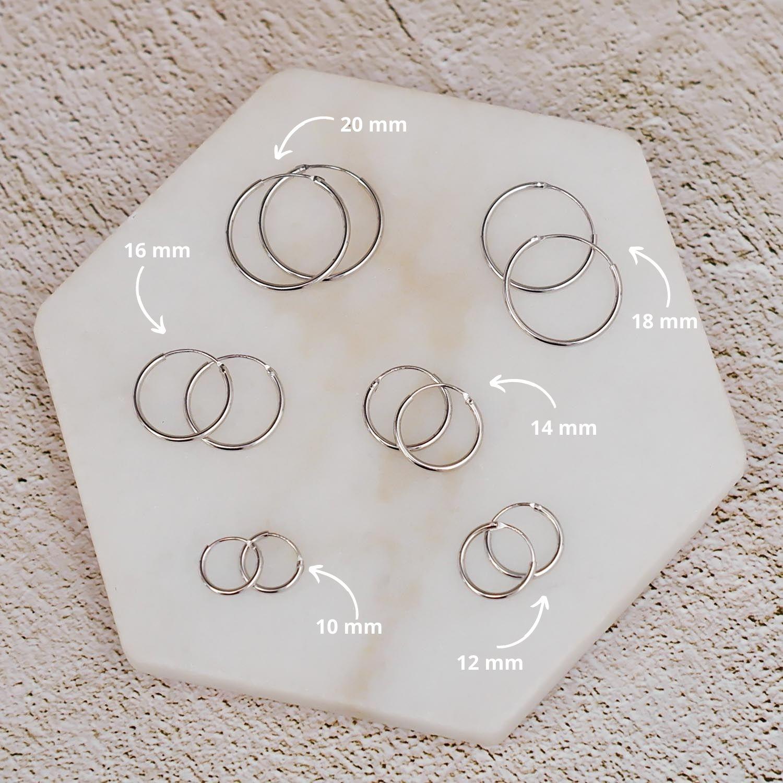 Sterling zilveren oorbellen op een marmeren plaat