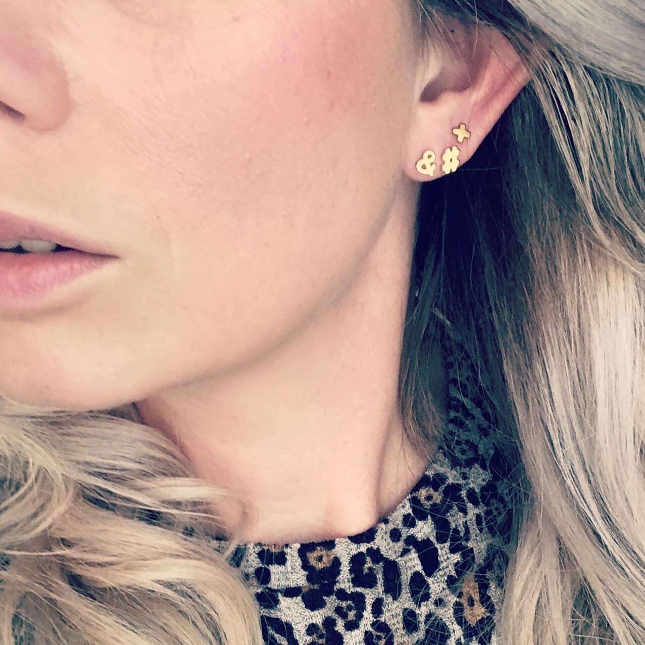 Gouden stud oorbellen bij vrouw met blond haar