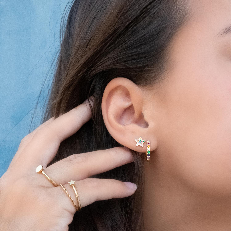 Meisje draagt rainbow earparty in goud