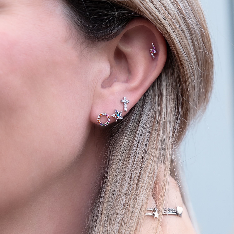 Vrouw draagt rainbow oorbellen in een setje