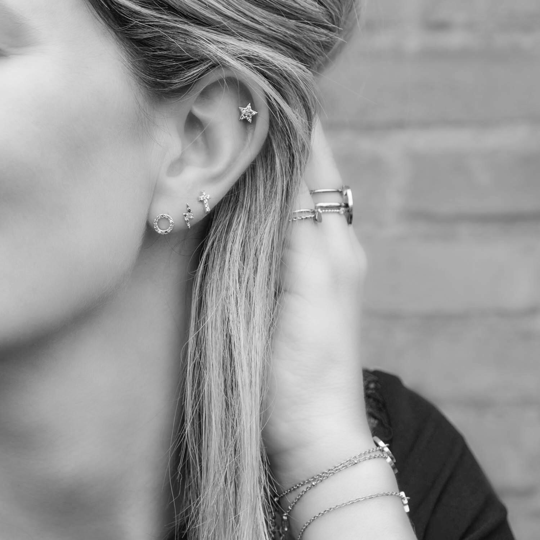 Vrouw met regenboog stud oorbellen combinatie zilver