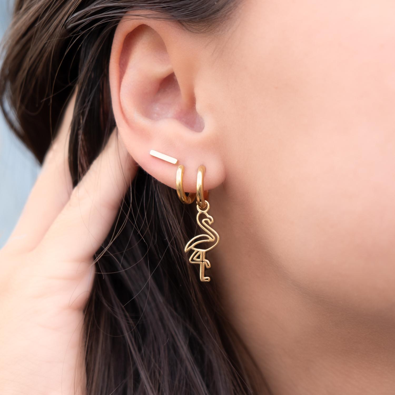 Trendy gouden basis oorringetjes in het oor voor feest