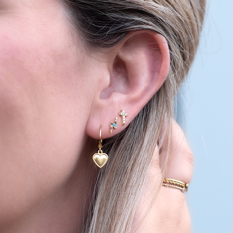 Oorbellen set in oor bij vrouw