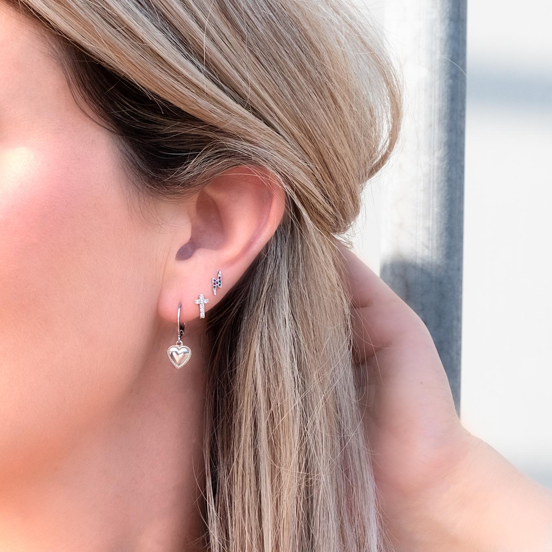 Zilveren oorbellen set gemixt bij vrouw met blond haar