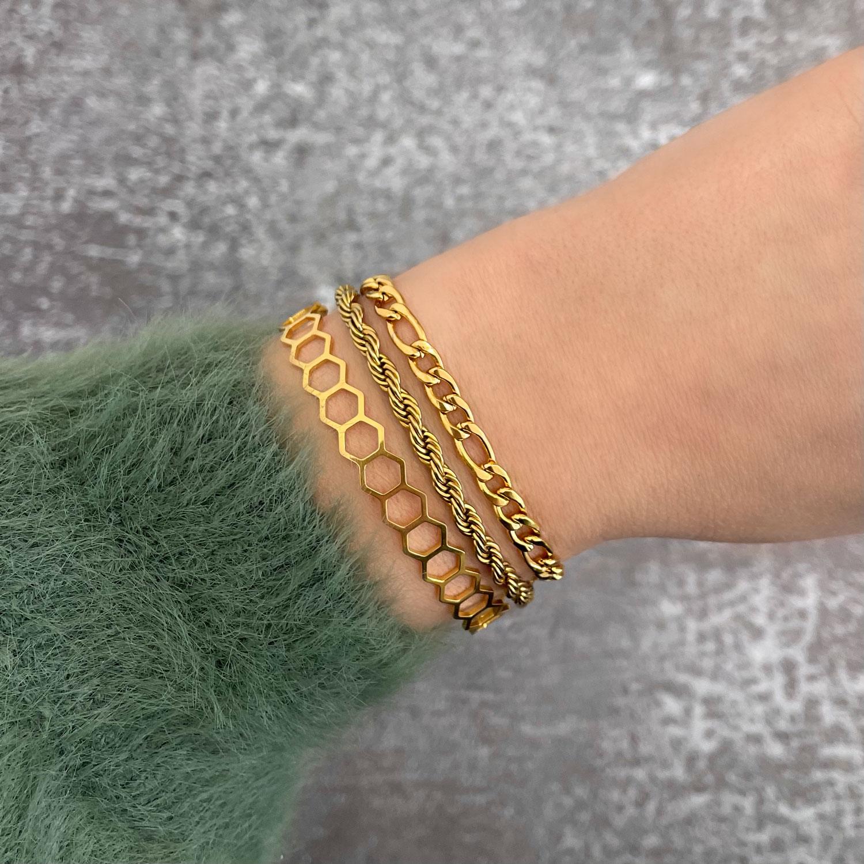 Gouden chain armbanden om pols