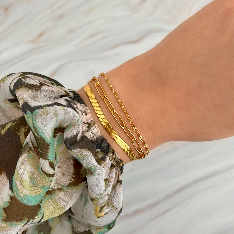 Gouden armbandparty om pols met graveerbare armband